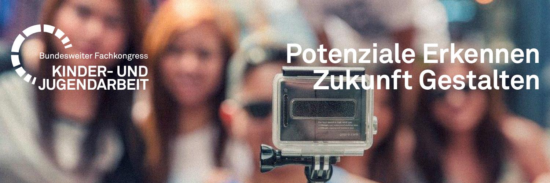 Titelbild Gruppe Jugendlicher mit Kamera -  Bundesweiter Fachkongress Kinder- und Jugendarbeit 2016